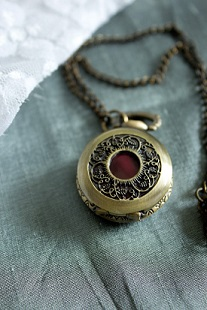A great way to embrace a mom's love of all things Steampunk! This fun DIY project is simple, fun, and leaves a lot of room for individuality and creativity! (image from polkadotbride.com)